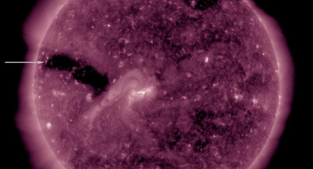 3 koronální díry na Slunci