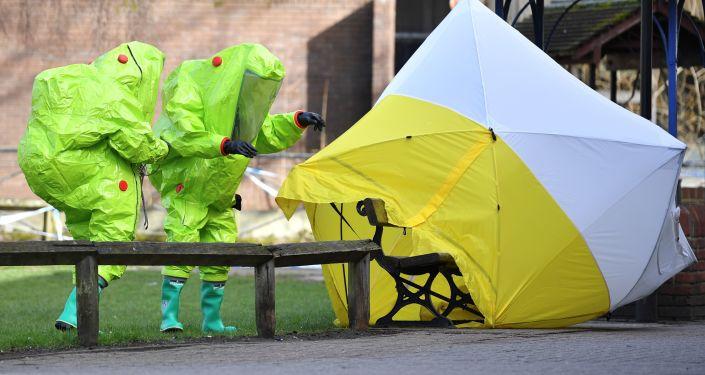 Britští specialisté pracují na místě otravy Skripale
