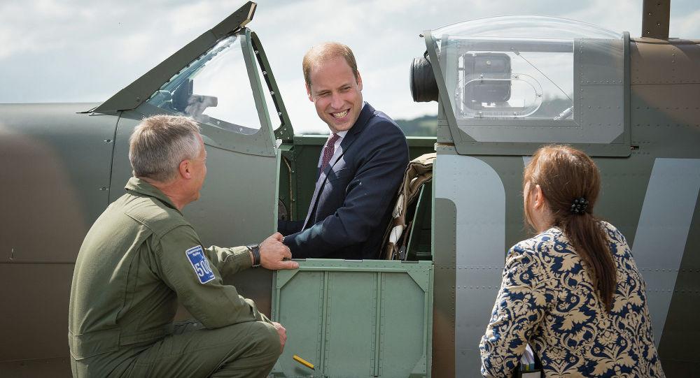Princ William v kabině Spitfiru v Imperiálním válečném muzeu v Londýně