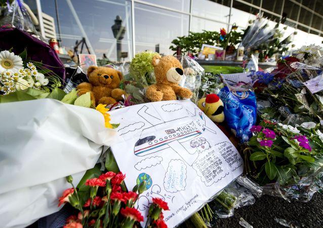 Květiny a hračky na památku obětí při katastrofě malajského Boeingu