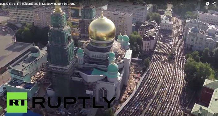 Moskevské ulice zaplavili modlící se muslimové