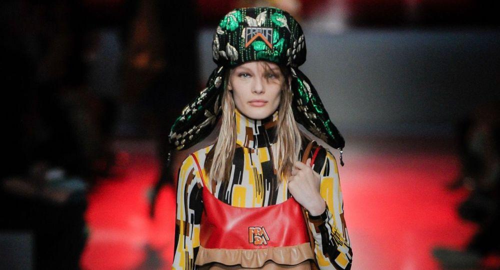 Modelka v ušance na přehlídce Prada Resort 2019