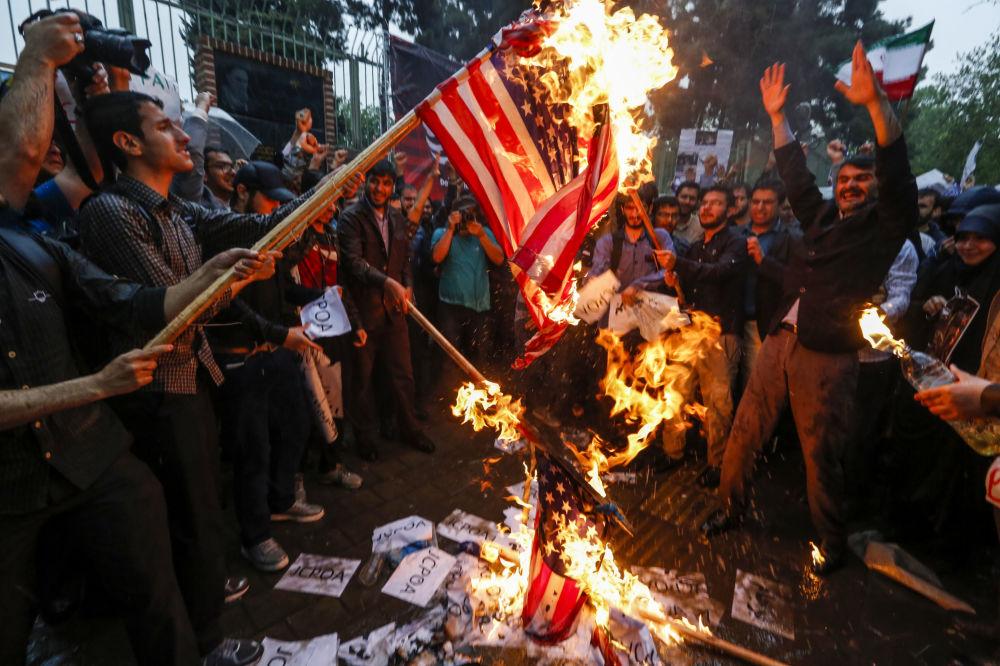 Spálení americké vlajky během protestů v Teheránu