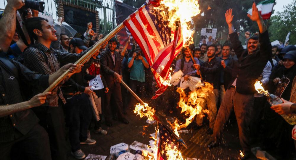 V Teheránu pálí americkou vlajku