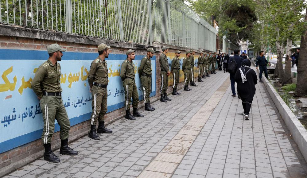 Vojáci v bývalé budově velvyslanectví USA v Teheránu