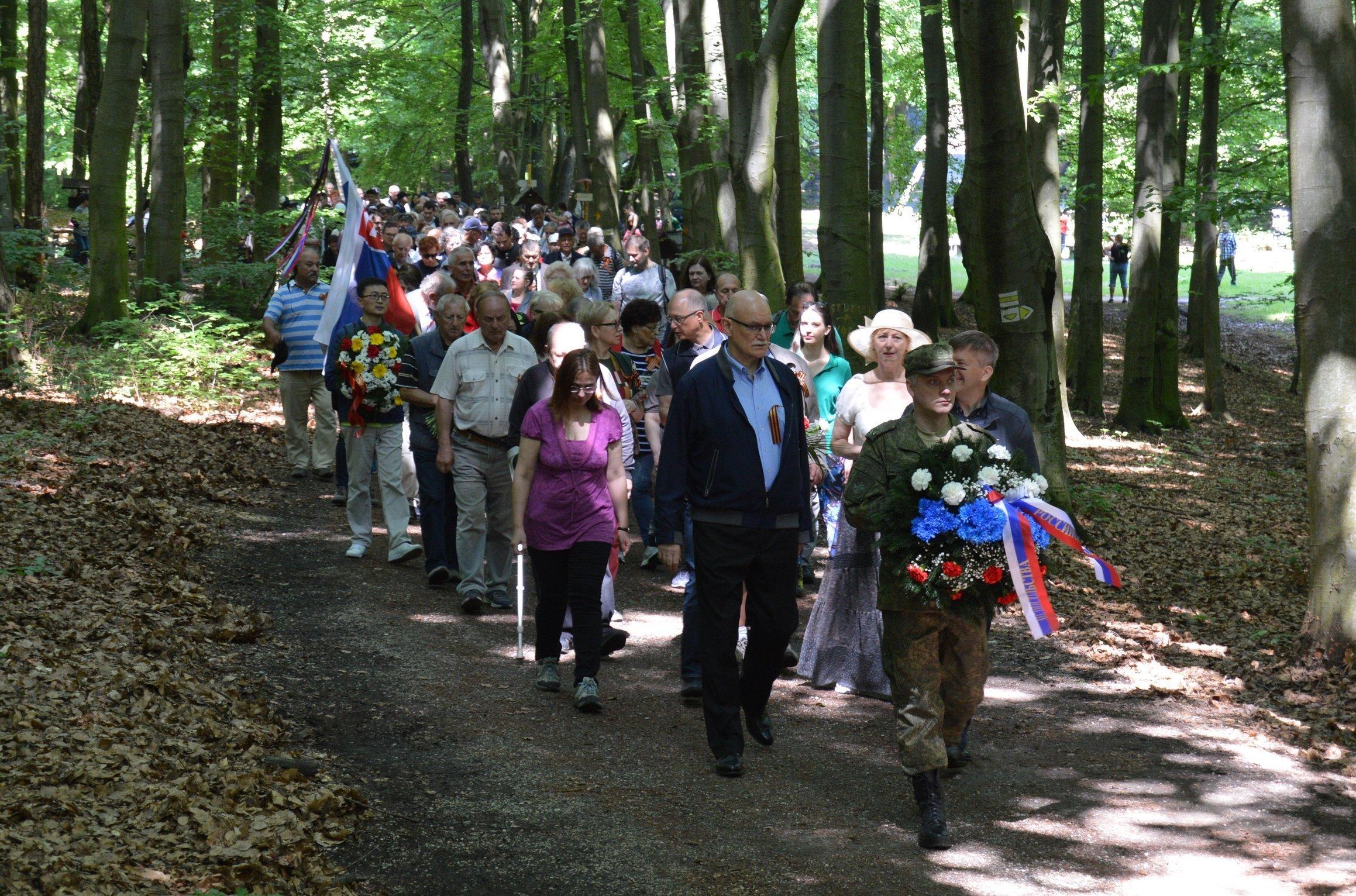 Dve stovky obyvateľov hlavného mesta si prišli uctiť pamiatku vojakov Červenej armády