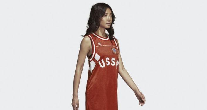 Holka v tričku s nadpisem USSR  od společnosti Adidas