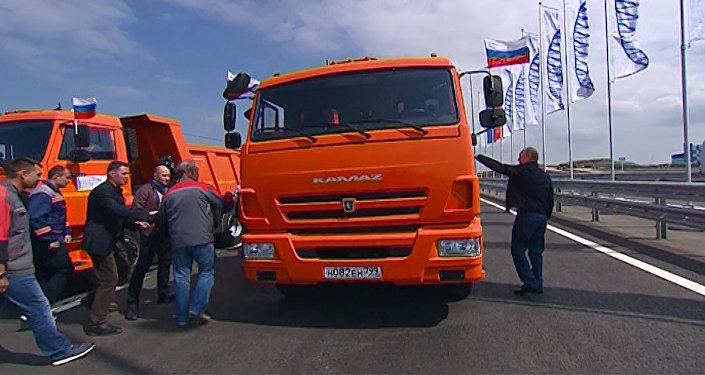 Putin projel po Krymském mostu v Kamazu