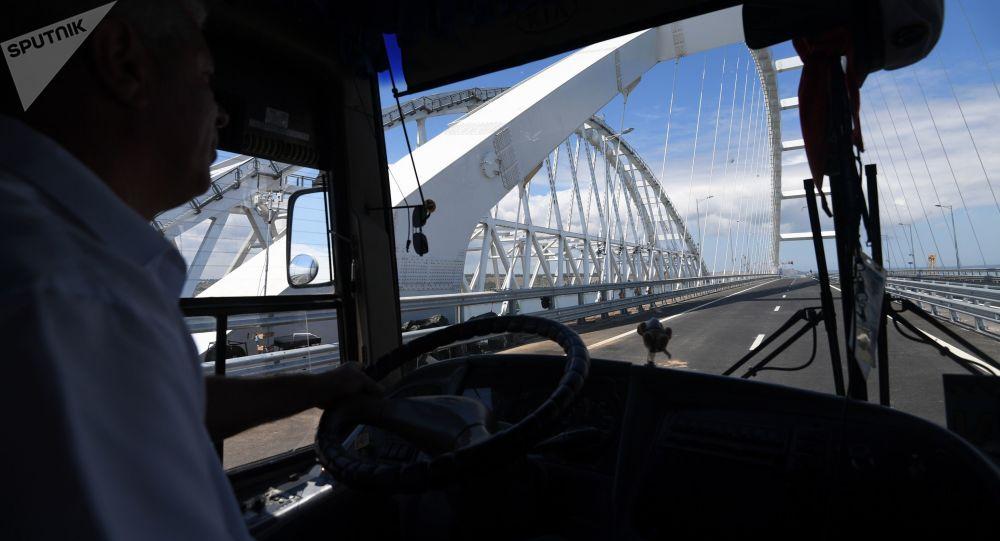 Řidič jede Krymským mostem