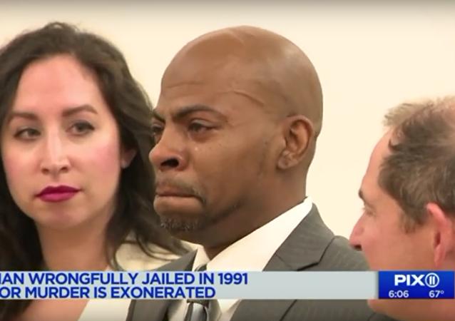 Po 17 letech osvobozený Američan se u soudu rozplakal