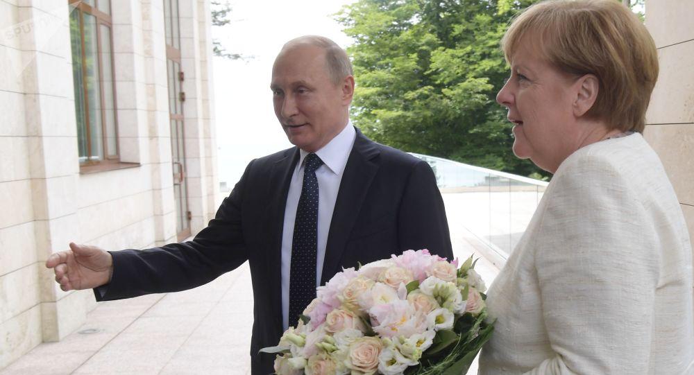 Ruský prezident Vladimir Putin daroval německé kancléřce Angele Merkelové květiny