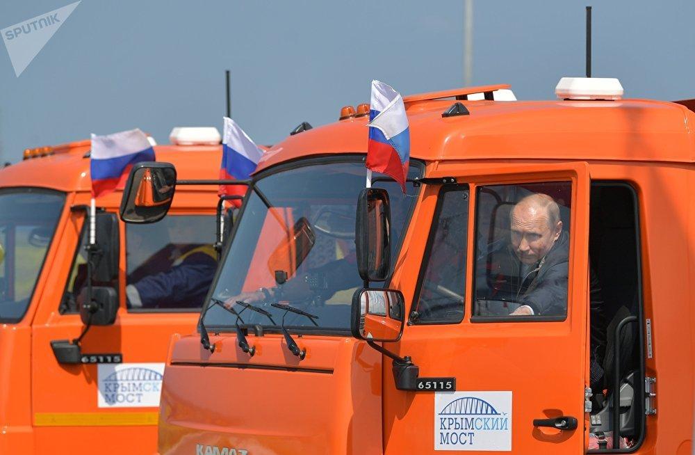 Ruský prezident před jízdou Kamazem po novém Krymském mostě, 15. květen.