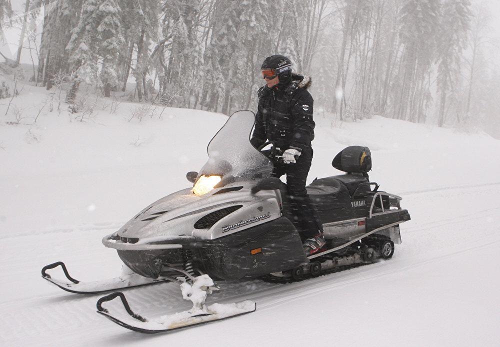 Tehdejší premiér Vladimir Putin na sněžném skútru v lyžařském středisku Krasnaja Poljana.
