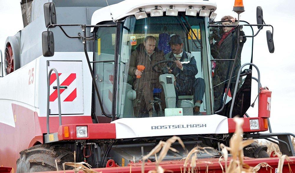 Vladimir Putin za volantem kombajnu na farmě Vlast v říjnu roku 2011.