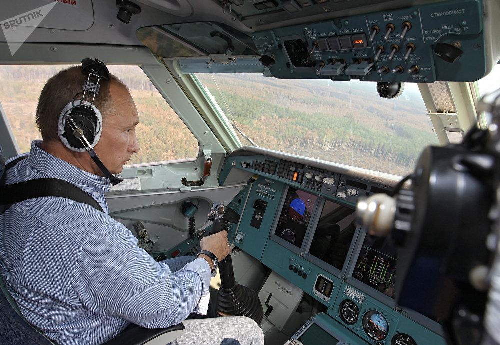 Vladimir Putin za kniplem obojživelného letounu Be-200.