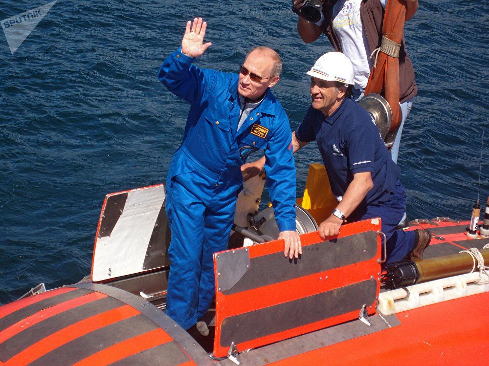 Vladimir Putin se v ponorce Mir ponořil ke dnu Bajkalu.