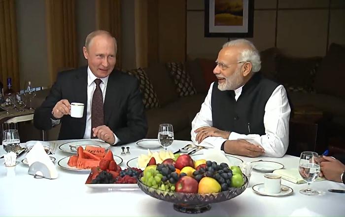 Putin a Módí se projeli lodí a navštívili vzdělávací centrum