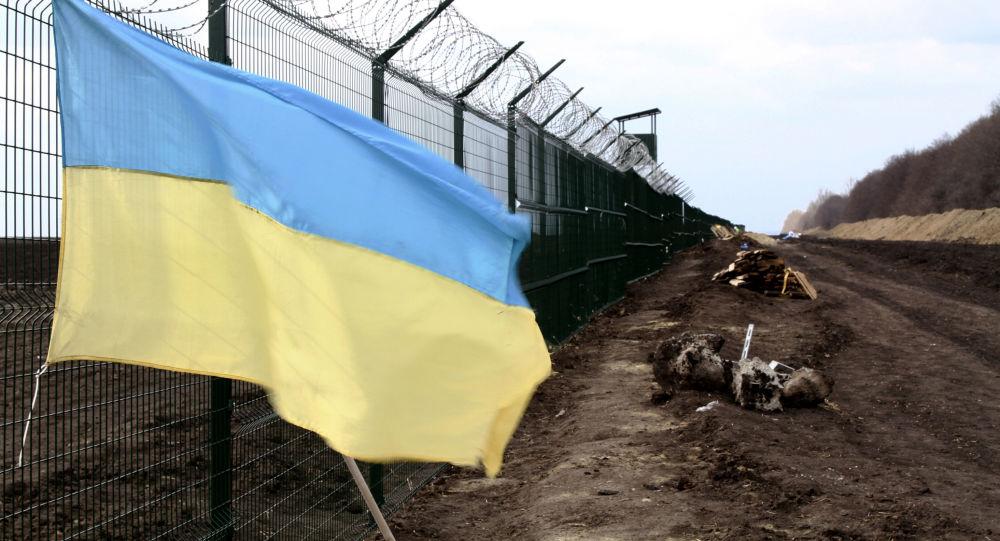 Ukrajinská vlajka na rusko-ukrajinské hranici v Charkovské oblasti