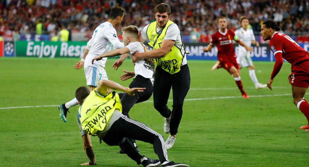 Fanoušek, který vběhl na hřiště během finále Ligy mistrů