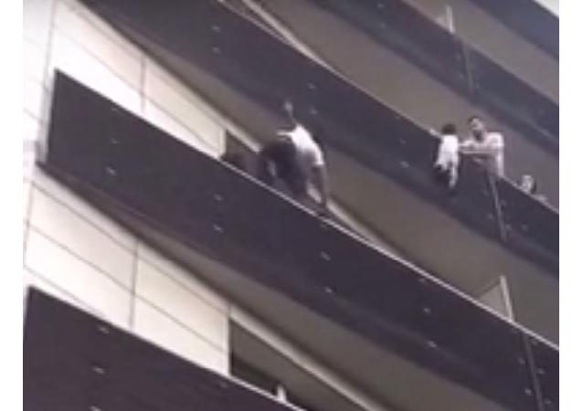 Jen váš přátelský soused: muž vylezl z budovy, aby zachránil dítě