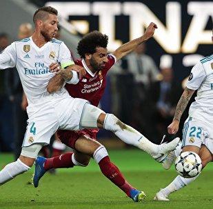 Mohamed Salah v souboji se Sergiem Ramosem při finále Ligy mistrů