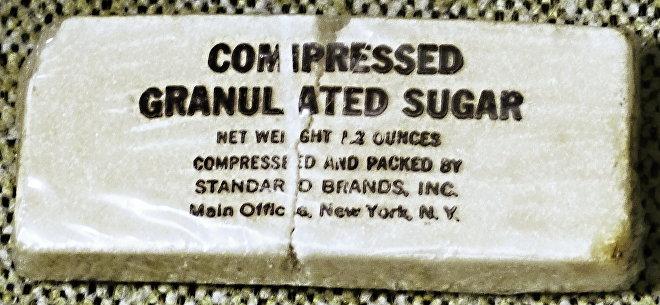 Cukr z vojenských potravinových dávek při vylodění v Normandii (1944)