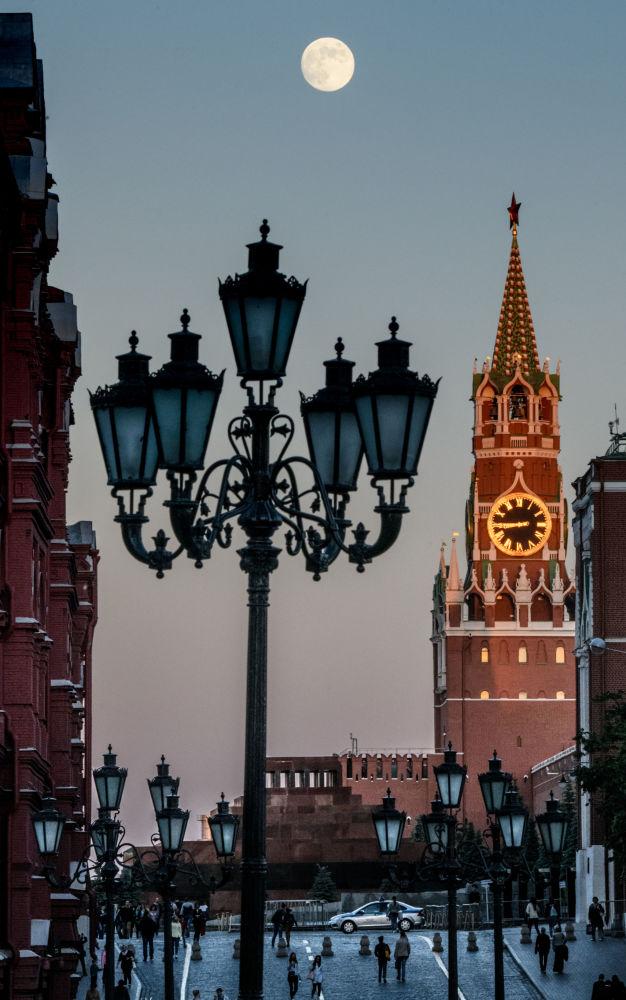 Spasská věž Moskevského Kremlu během úplňku
