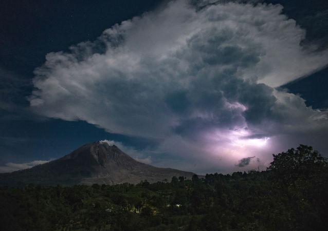 Blesk nad starovulkánem Sinabung