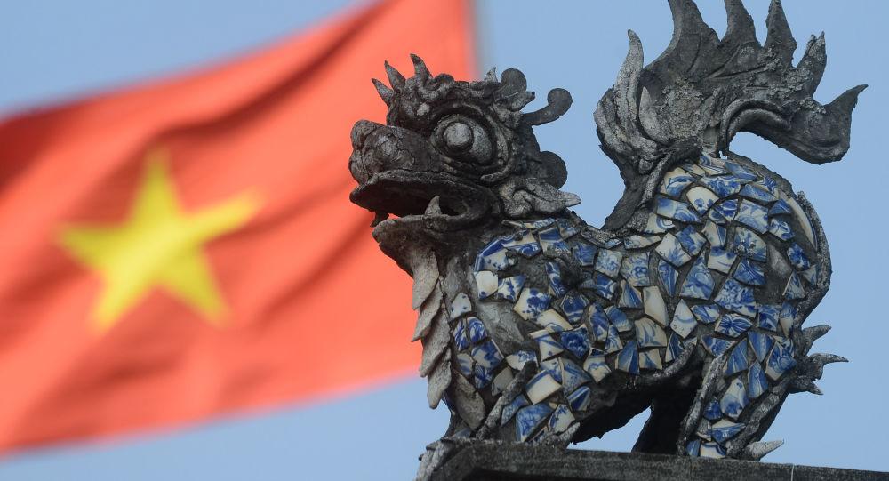 Vchod do chrámu na okraji Hanoje, Vietnam. Ilustrační foto