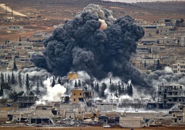 Dým po útoku mezinárodní koalice. Ilustrační foto