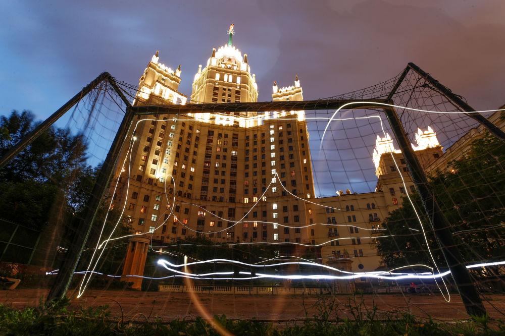 Fotbalová branka naproti mrakodrapu stalinské éry v Moskvě