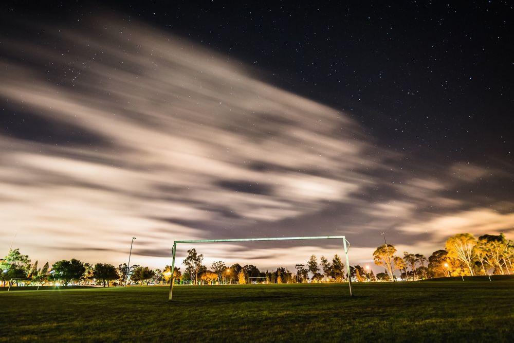 Fotbalová branka s hvězdným nebem na pozadí