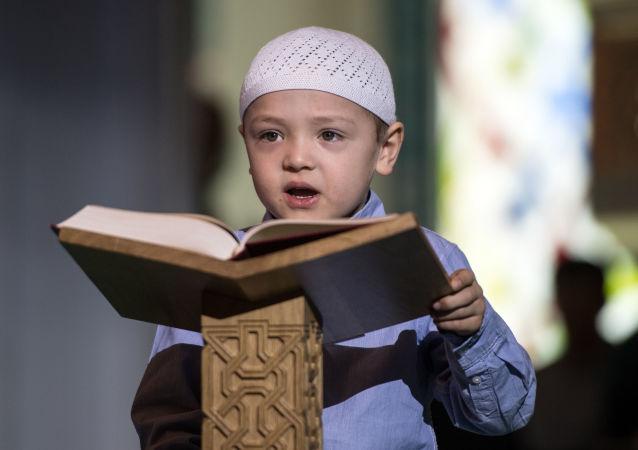 Chlapec s koránem. Ilustrační foto