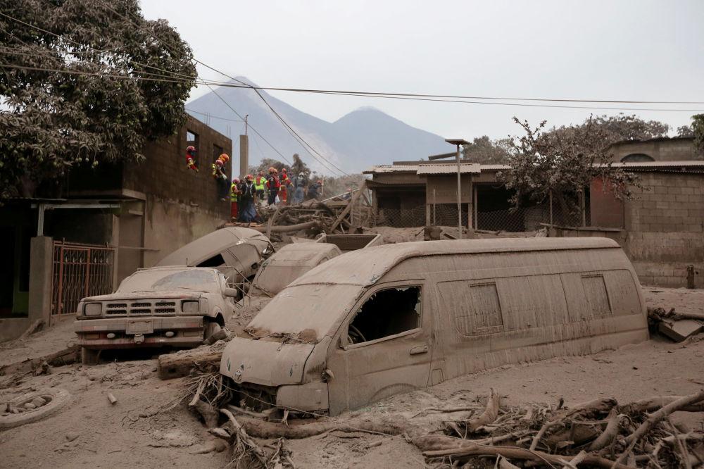 Auta pokrytá popelem po erupci sopky Fuego v Guatemale