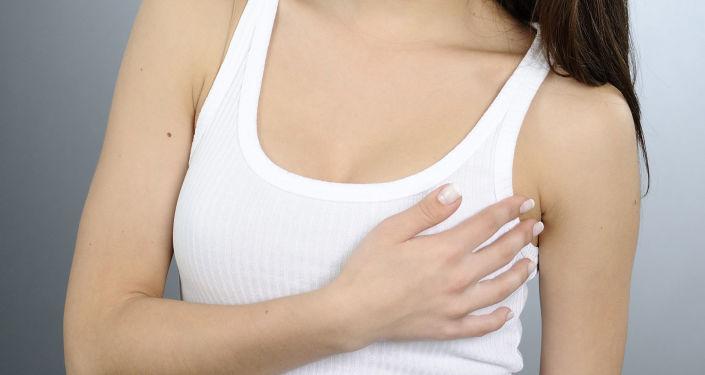 Dívka drží ruku na prsou