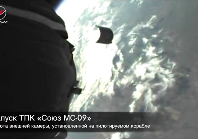 Roskosmos na unikátním videu předvedl, jak se Sojuz odpoutává od rakety