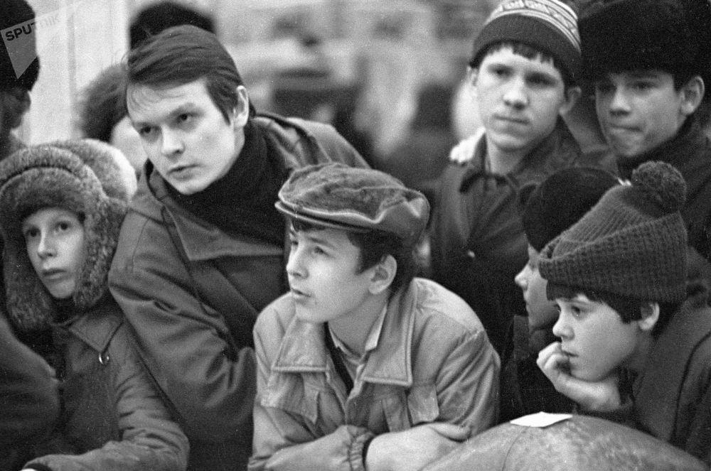 Mladí Moskvané se dívají na výlohu v jednom z oddělení obchodního domu Dětský mír, 1979