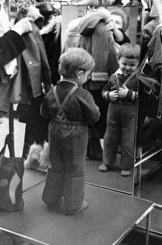 Chlapec před zrcadlem v obchodním sále «Dětského míru», 1979