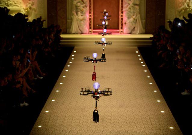 Dolce & Gabbana мода показ дроны сумка