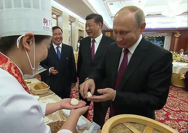 Putin připravil čínské palačinky a pelmeně