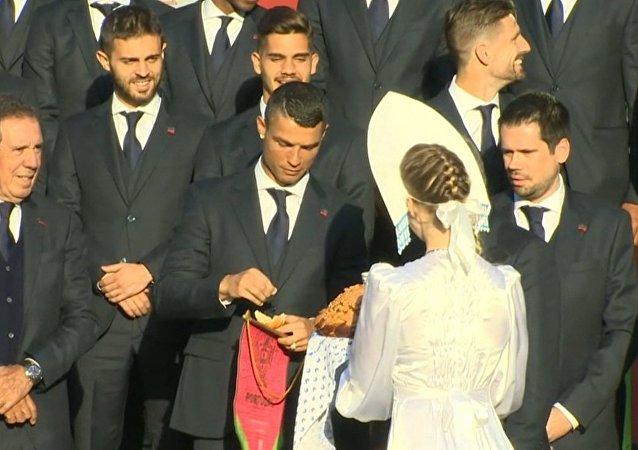 Portugalskou fotbalovou reprezentaci přivítali v Moskvě chlebem a solí