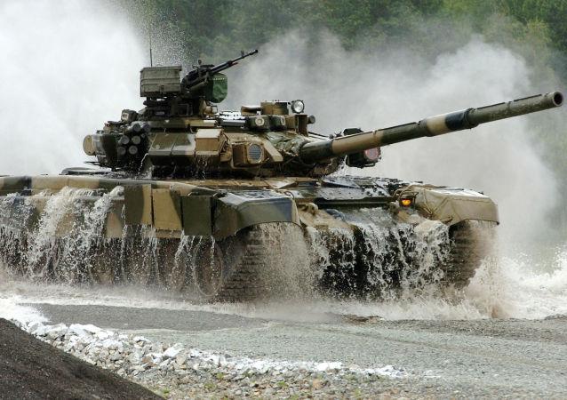 Tank T-90S na výcvikovém prostoru