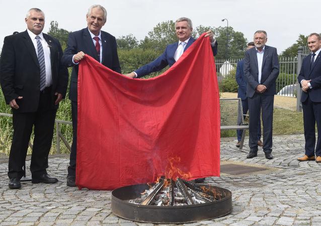 Miloš Zeman spaluje červené trenýrky