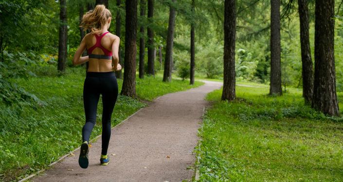 Dívka běží lesem