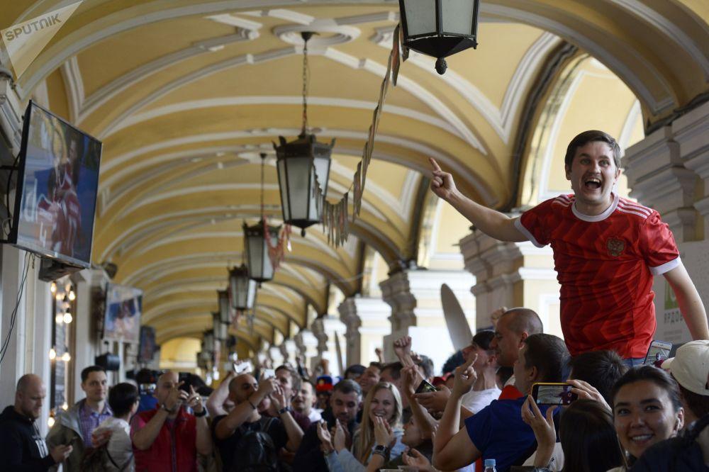 Moře emocí a veselé barvy na obličeji: Jak fanoušci z celého světa podporují své týmy