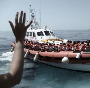Zachránění migranti ve Středozmením moři