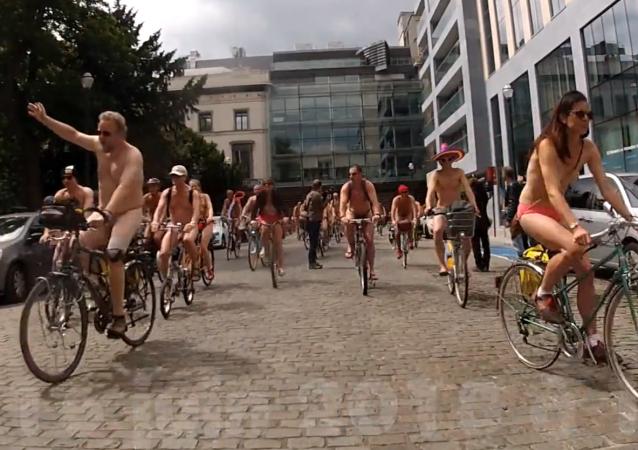 """Tři stovky nahých cyklistů """"bránily ekologii v Bruselu"""