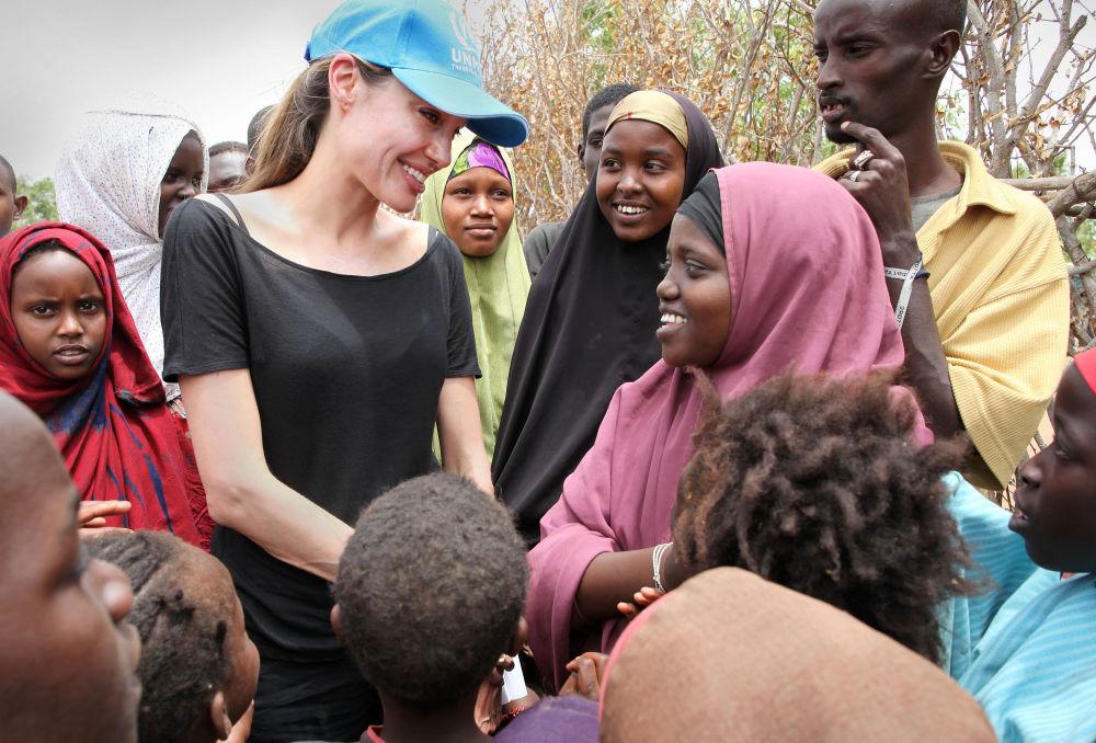 Herečka a velvyslankyně OSN Angelina Jolie s somálskými uprchlíky