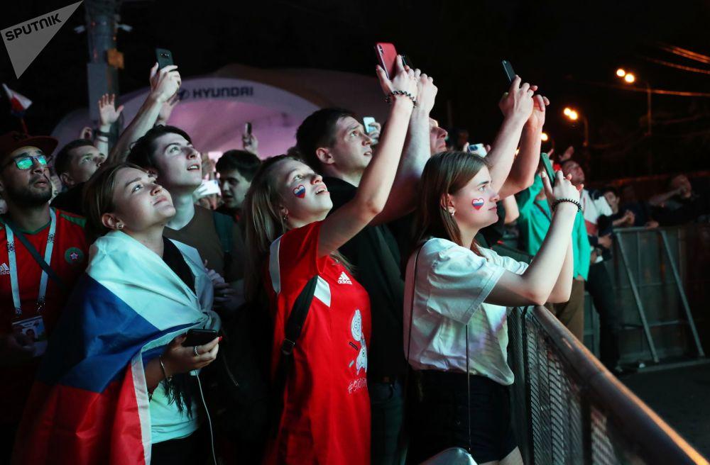 Medvědi, kosmonauti a skutečná láska: Ruští fanoušci slaví vítězství