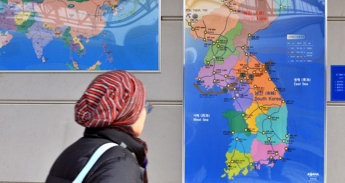 Cestující na nádraží se dívá na mapu Korejského poloostrova